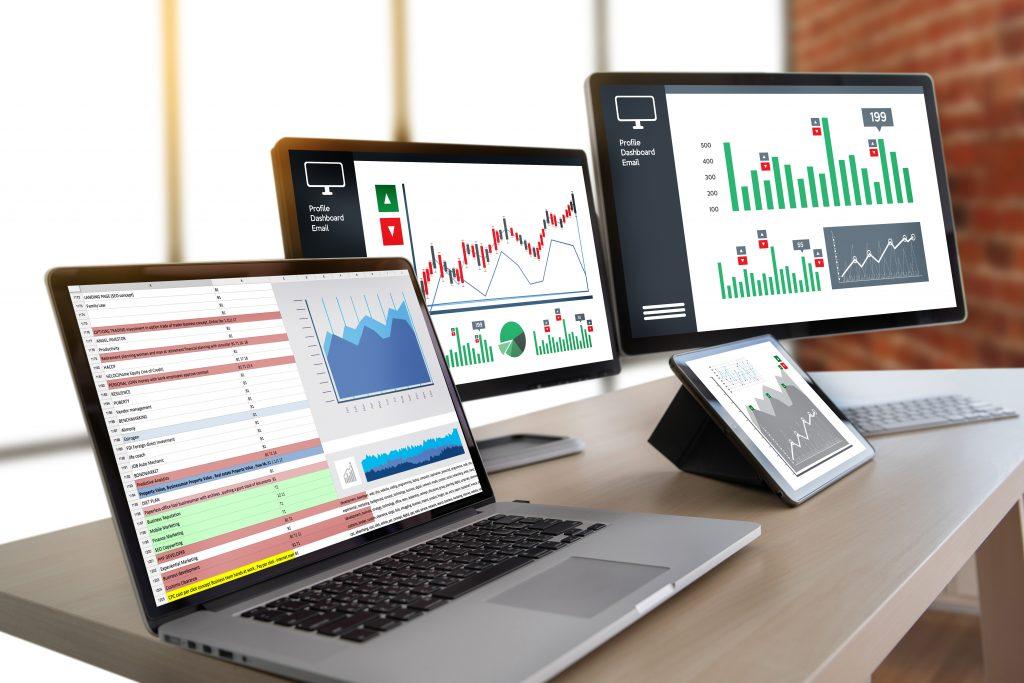 Laptop em cima de mesa  Descrição gerada automaticamente